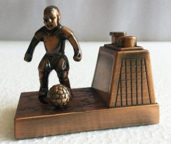 Mechero antiguo de bronce forma de futbolista