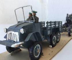 Camioneta militar americana con cañón remolque + 2 soldaditos – años 40