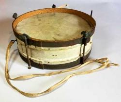 Antiguo tambor infantil con parches de piel – años 50