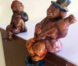 Lote 2 figuras de payasos músicos en barro cocido
