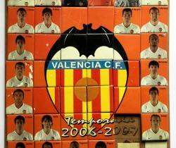 Mosaico con 39 azulejos de cerámica con jugadores del Valencia CF y escudo – 2006
