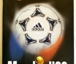 Revista Sport Mundial 98 + carpeta con 3 láminas de fichas técnicas de jugadores.