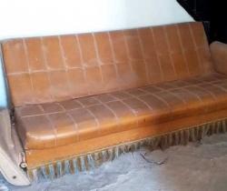 Sofá cama vintage para restaurar – años 70